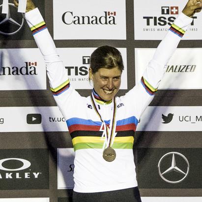die neue E-MTB-Weltmeisterin im Weltmeistertrikot Nathalie Schneitter