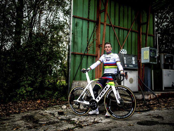 Mads Pedersen met de wereldkampioensfiets- en kleding