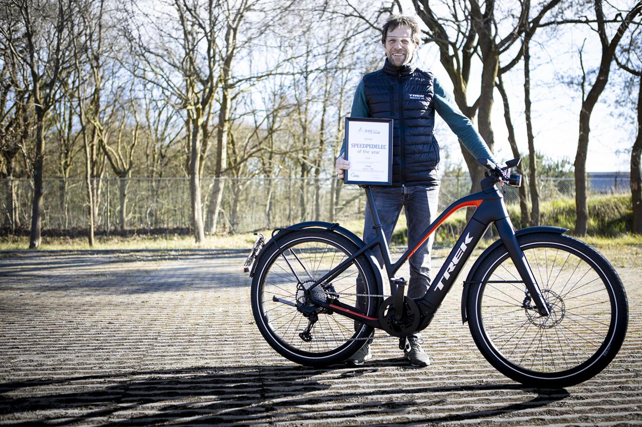 Martin Sneeuw van Trek Benelux neemt de award in ontvangst van de verkiezing Speed pedelec van het Jaar door de VAB