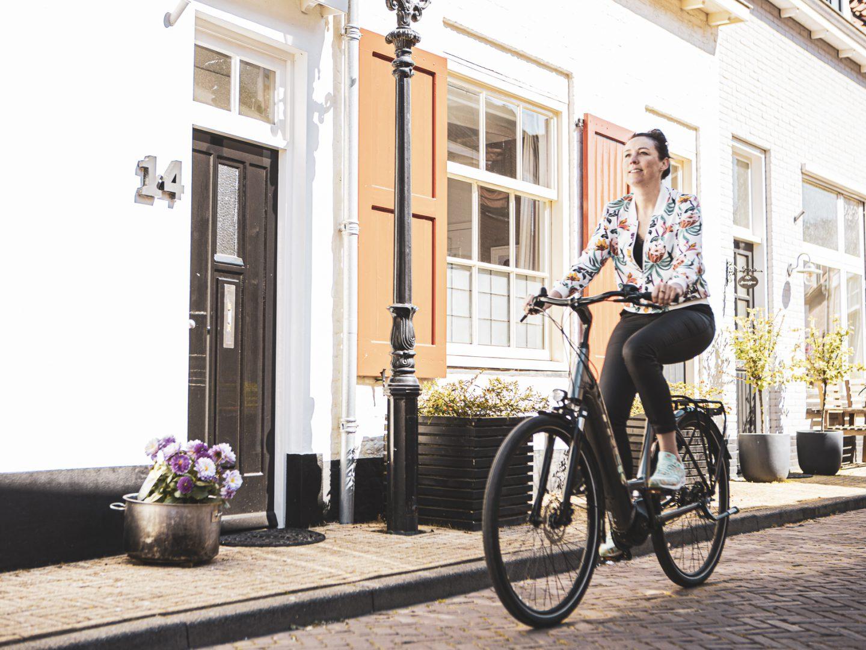 Foto van Marijn de Vries op een Trek District+ 7 in het centrum van Harderwijk