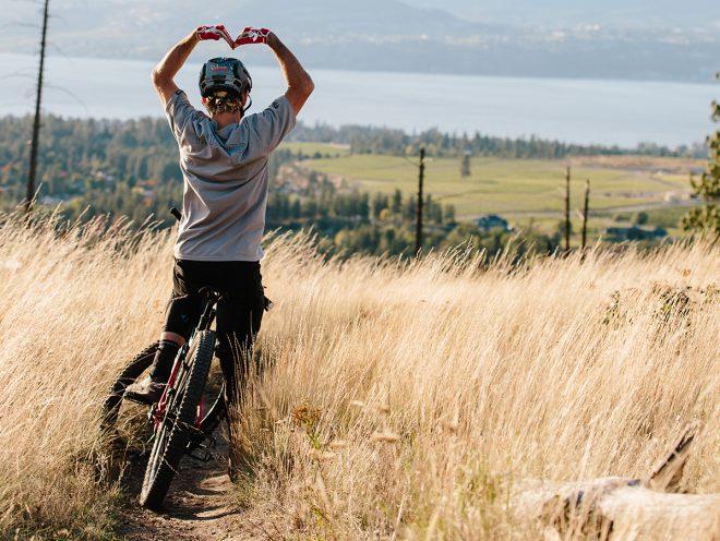 Symboli sydämellä tehtävälle asialle. pyöräilijä muodostaa käsivarsillaan sydänmuodon
