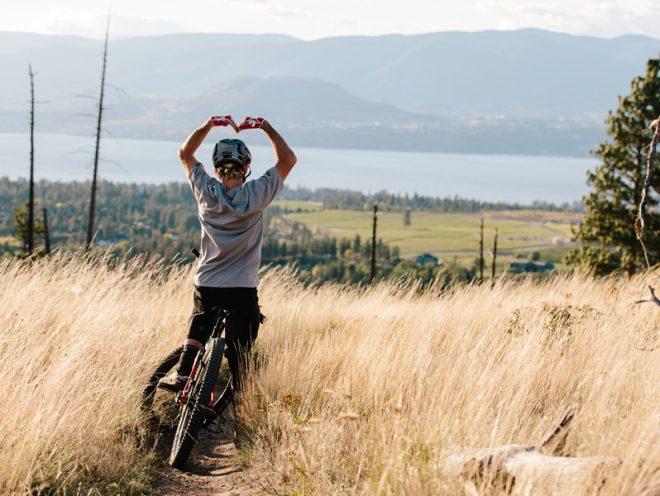 Pyöräilijä muodostaa käsivarsilla sydänmuodon