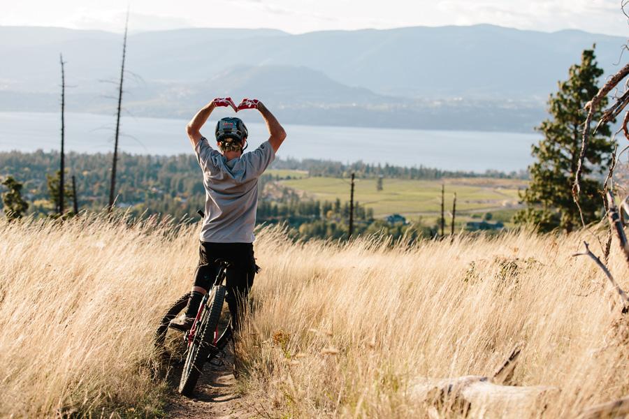 Vélo tout terrain coeur avec les bras