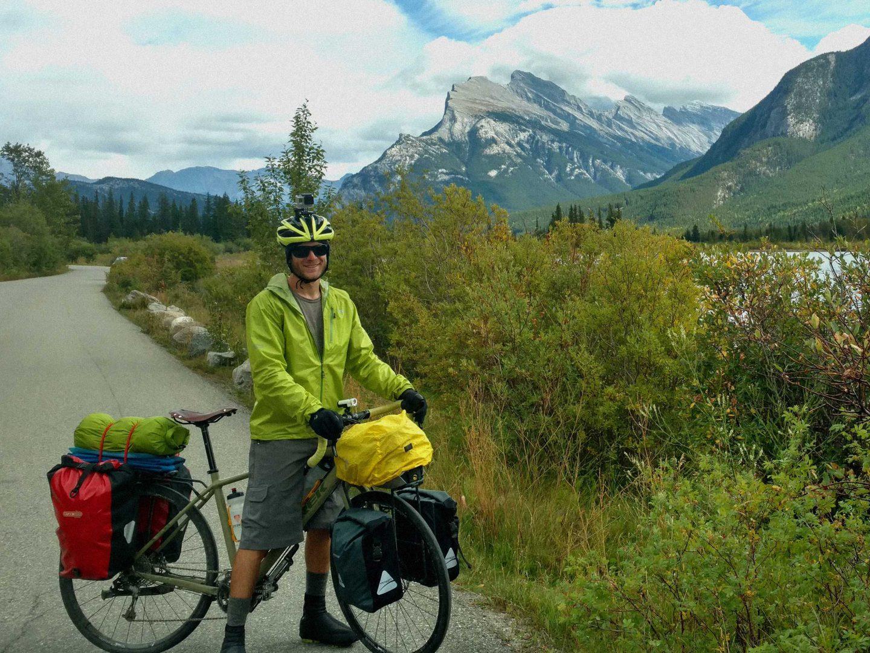 Chris vedle silnice v parku Banff na kole Trek 920
