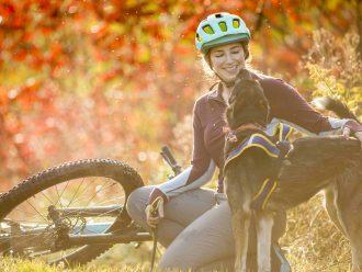 A Blair Braverman a desfrutar de um momento com um dos seus cães no meio da bonita folhagem.