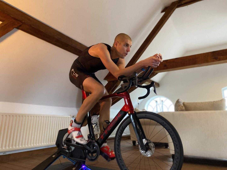 Maarten heeft zijn zolder ingericht voor de thuistriathlon
