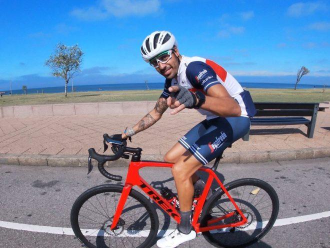 Ciclista hombre sobre su bici