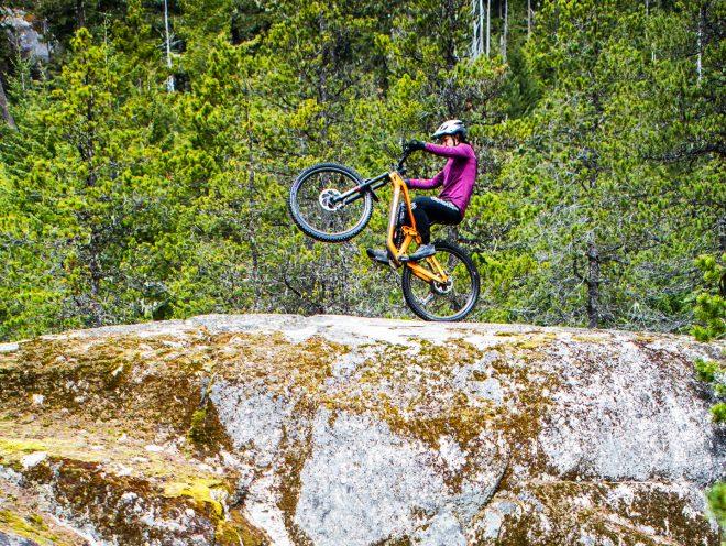 Christina Chappetta gör en wheelie på ett stort stenblock
